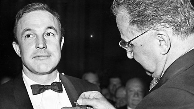 Der Schauspieler Gene Kelly (links) erhält am 7. Juli 1960 in Paris den - 140865.120823_as_time