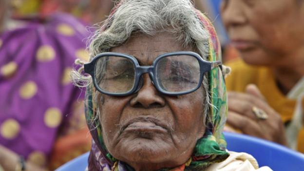 Dicke Oma mit Brille wird durch gestossen