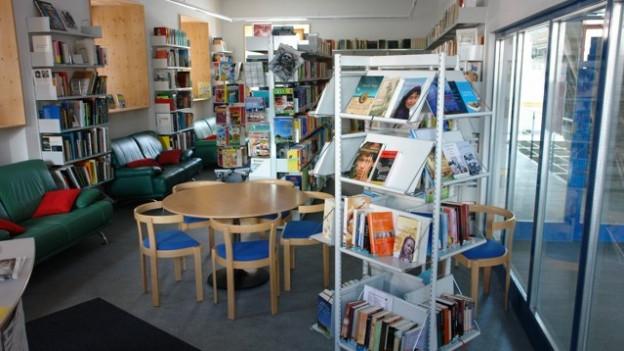 Biblioteca cun cudeschs.