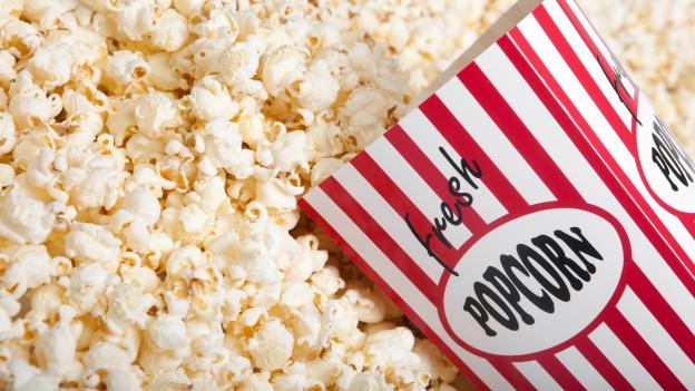 Bler popcorn cun in stgarnuz davant.
