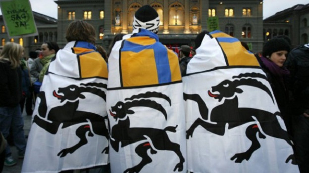 Trais persunas cun bandieras grischunas.