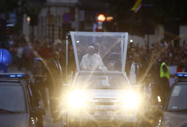 """Il Papa en ses """"Papamobil"""" tras las vias da Krakau"""