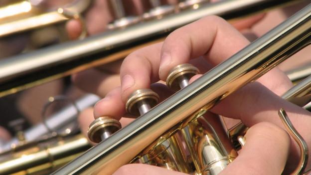Musicists che sunan instruments a flad da sturs.