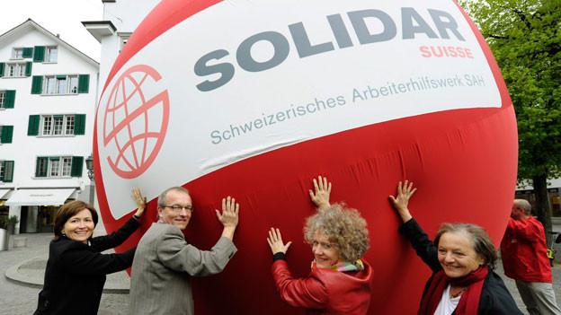 Hans Jürg Fehr, (2.v.l.). die Zürcher Stadtpräsidentin Corine Mauch, (2.v.r.), Regula Rytz (l.), Direktorin für Tiefbau, Verkehr und Stadtgrün der Stadt Bern, und Ruth Daellenbach (r.), Geschäftsleiterin Solidar Suisse. Das Schweizerische Arbeiterhilfswerk SAH hat mit dieser Ball-Aktion 2011 den Namenswechsel zu «Solidar Suisse» bekannt geben.