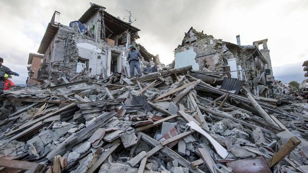 Nach dem schweren Erdbeben der Stärke 6,2 suchen Rettungsteams in den ...