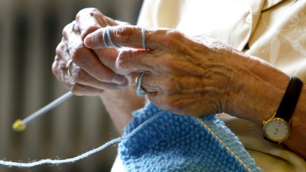Symbolbild: oft werden alte Menschen in der Schweiz auch von so genannten «Care Migrantinnen» betreut.
