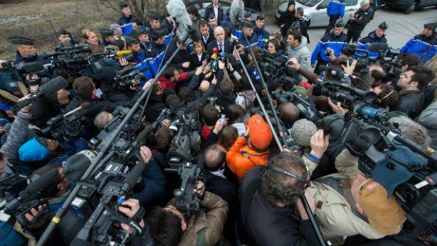 Der Staatsanwalt von Marseille wird umringt von Kameras und Mikrofonen.