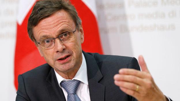 Der Berner Regierungsrat Hans-Juerg Kaeser spricht waehrend einer Medienkonferenz am Mittwoch, 21. Oktober 2015 in Bern.