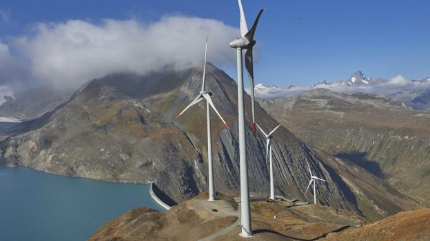 Zu sehen ist der höchst gelegene Windpark Europas am Griessee in der Nähe des Nufenenpasses, der am Freitag offiziell eingeweiht wurde.