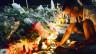 Ein Mann zündet in Nizza eine Kerze an.