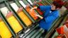 Eine Frau arbeitet an einer Maschine in der Fabrik der Firma Caran d'Ache in Genf.